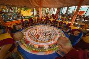 Утром перед началом последней сессии предварительных учений монахи монастыря Намгьял продолжили работу над возведением мандалы Калачакры. Лех, Ладак, штат Джамму и Кашмир, Индия. 8 июля 2014 г. Фото: Манэуль Бауэр.