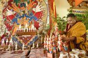 Вокруг мандалы Калачакры расставляют различные ритуальные предметы. Лех, Ладак, штат Джамму и Кашмир, Индия. 8 июля 2014 г. Фото: Манэуль Бауэр.