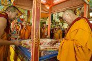 Его Святейшество Далай-лама руководит процессом расставления ритуальных предметов вокруг мандалы Калачакры. Лех, Ладак, штат Джамму и Кашмир, Индия. 8 июля 2014 г. Фото: Манэуль Бауэр.
