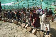Местные музыканты встречают Его Святейшество Далай-ламу звуками барабанов. Лех, Ладак, штат Джамму и Кашмир, Индия. 8 июля 2014 г. Фото: Манэуль Бауэр.