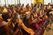 Монахи монастыря Намгьял и приглашенные ламы исполняют молитвы и ритуалы в шестой день учений Калачакры. Лех, Ладак, штат Джамму и Кашмир, Индия. 8 июля 2014 г. Фото: Манэуль Бауэр.
