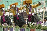 Тибетцы исполняют национальный танец во время ритуала подношения танца в седьмой день 33-х учений Калачакры. Лех, Ладак, штат Джамму и Кашмир, Индия. 9 июля 2014 г. Фото: Мануэль Бауэр.