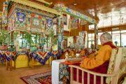 Его Святейшество Далай-лама, монахи монастыря Намгьял, ламы из Ладака и других регионов читают ритуальные молитвы утром седьмого дня 33-х учений Калачакры. Лех, Ладак, штат Джамму и Кашмир, Индия. 9 июля 2014 г. Фото: Мануэль Бауэр.