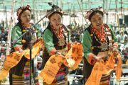 Тибетские женщины исполняют танец во время ритуала подношения танца в седьмой день 33-х учений Калачакры. Лех, Ладак, штат Джамму и Кашмир, Индия. 9 июля 2014 г. Фото: Мануэль Бауэр.