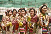 Выступление артистов из Тибетского института исполнительских искусств во время ритуала подношения танца в седьмой день 33-х учений Калачакры. Лех, Ладак, штат Джамму и Кашмир, Индия. 9 июля 2014 г. Фото: Мануэль Бауэр.