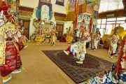 Монахи монастыря Намгьял исполняют танец-подношение в седьмой день 33-х учений Калачакры. Лех, Ладак, штат Джамму и Кашмир, Индия. 9 июля 2014 г. Фото: Мануэль Бауэр.