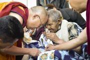 Его Святейшество Далай-лама с пожилым тибетцем в инвалидной коляске перед началом восьмого дня учений Калачакры. Лех, Ладак, штат Джамму и Кашмир, Индия. 10 июля 2014 г. Фото: Мануэль Бауэр.