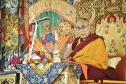 Его Святейшество Далай-лама обращается к слушателям во время подготовки к 33-му посвящению Калачакры. Лех, Ладак, штат Джамму и Кашмир, Индия. 10 июля 2014 г. Фото: Мануэль Бауэр.