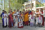 Его Святейшество Далай-лама позирует для одной из групповых фотографий с западными учениками. Лех, Ладак, штат Джамму и Кашмир, Индия. 10 июля 2014 г. Фото: Тензин Чойджор (офис ЕСДЛ).