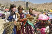 Волонтеры с пучками травы куша, которую они будут раздавать участника 33-го посвящения Калачакры. Лех, Ладак, штат Джамму и Кашмир, Индия. 10 июля 2014 г. Фото: Мануэль Бауэр.