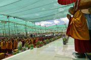 Его Святейшество Далай-лама приветствует людей на восьмой день учений Калачакры. Лех, Ладак, штат Джамму и Кашмир, Индия. 10 июля 2014 г. Фото: Мануэль Бауэр.