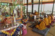 Его Святейшество Далай-лама выполняет подготовительные ритуалы в восьмой день учений Калачакры. Лех, Ладак, штат Джамму и Кашмир, Индия. 10 июля 2014 г. Фото: Мануэль Бауэр.