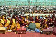 Участники учений с ритуальными повязками на головах слушают наставления Его Святейшества Далай-ламы о вхождении в мандалу Калачакры. Лех, Ладак, штат Джамму и Кашмир, Индия. 11 июля 2014 г. Фото: Мануэль Бауэр.