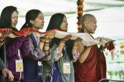 Участники учений Калачакры ожидают прибытия Его Святейшества Далай-ламы утром девятого дня учений. Лех, Ладак, штат Джамму и Кашмир, Индия. 11 июля 2014 г. Фото: Мануэль Бауэр.