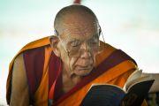 Ганден Трипа Ризонг Ринпоче слушает наставления Его Святейшества Далай-лама о вхождении в мандалу Калачакры. Лех, Ладак, штат Джамму и Кашмир, Индия. 11 июля 2014 г. Фото: Мануэль Бауэр.