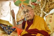 Его Святейшество Далай-лама обращается к участникам учений Калачакры в девятый день учений. Лех, Ладак, штат Джамму и Кашмир, Индия. 11 июля 2014 г. Фото: Мануэль Бауэр.