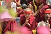 Молодой монах с ритуальной повязкой на голове слушает наставления Его Святейшества Далай-ламы о вхождении в мандалу Калачакры. Лех, Ладак, штат Джамму и Кашмир, Индия. 11 июля 2014 г. Фото: Мануэль Бауэр.