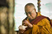 Его Святейшество Далай-лама читает молитвы в девятый день учений Калачакры. Лех, Ладак, штат Джамму и Кашмир, Индия. 11 июля 2014 г. Фото: Мануэль Бауэр.