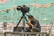 Один из операторов, работающих на учениях, участвуют в посвящении Калачакры. Лех, Ладак, штат Джамму и Кашмир, Индия. 11 июля 2014 г. Фото: Мануэль Бауэр.