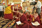 Его Святейшество Далай-лама здоровается с молодыми монахами утром девятого дня учений Калачакры. Лех, Ладак, штат Джамму и Кашмир, Индия. 11 июля 2014 г. Фото: Мануэль Бауэр.