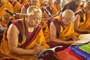Монахи слушают наставления Его Святейшества Далай-ламы о вхождении в мандалу Калачакры. Лех, Ладак, штат Джамму и Кашмир, Индия. 11 июля 2014 г. Фото: Мануэль Бауэр.