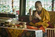 Его Святейшество Далай-лама читает молитвы во время утренней сессии подготовительных ритуалов к 33-му посвящению Калачакры. Лех, Ладак, штат Джамму и Кашмир, Индия. 12 июля 2014 г. Фото: Мануэль Бауэр.