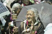 Одна из участниц 33-го посвящения Калачакры слушает Его Святейшество Далай-ламу. Лех, Ладак, штат Джамму и Кашмир, Индия. 12 июля 2014 г. Фото: Мануэль Бауэр.