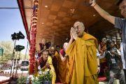 Его Святейшество Далай-лама приветствует толпу более чем 140-тысячную толпу людей, собравшихся на 33-е посвящение Калачакры. Лех, Ладак, штат Джамму и Кашмир, Индия. 12 июля 2014 г. Фото: Мануэль Бауэр.