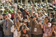 Участники 33-го посвящения Калачакры фотографируют Его Святейшество Далай-ламу, покидающего площадь для учений. Лех, Ладак, штат Джамму и Кашмир, Индия. 12 июля 2014 г. Фото: Мануэль Бауэр.
