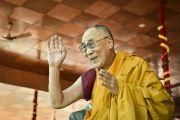 Его Святейшество Далай-лама машет рукой участникам учений по завершении посвящения Калачакры. Лех, Ладак, штат Джамму и Кашмир, Индия. 12 июля 2014 г. Фото: Мануэль Бауэр.