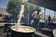 Приготовление чая для 140 тысяч участников 33-го посвящения Калачакры. Лех, Ладак, штат Джамму и Кашмир, Индия. 12 июля 2014 г. Фото: Мануэль Бауэр.