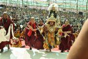 Оракул Нечунга поднимается на сцену во время церемонии подношения пуджи долгой жизни Его Святейшеству Далай-ламе в заключительный день 33-го учения Калачакры. Лех, Ладак, штат Джамму и Кашмир, Индия. 13 июля 2014 г. Фото: Мануэль Бауэр.