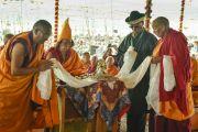 Ганден Трипа Ризонг Ринпоче во время церемонии подношения пуджи долгой жизни Его Святейшеству Далай-ламе в заключительный день 33-го учения Калачакры. Лех, Ладак, штат Джамму и Кашмир, Индия. 13 июля 2014 г. Фото: Мануэль Бауэр.