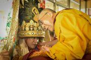 Оракул Нечунга и Его Святейшество Далай-лама во время церемонии подношения пуджи долгой жизни в заключительный день 33-го учения Калачакры. Лех, Ладак, штат Джамму и Кашмир, Индия. 13 июля 2014 г. Фото: Мануэль Бауэр.