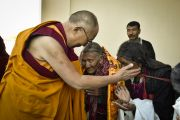 Его Святейшество Далай-лама приветствует пожилых тибетцев в заключительный день 33-го учения Калачакры. Лех, Ладак, штат Джамму и Кашмир, Индия. 13 июля 2014 г. Фото: Мануэль Бауэр.