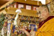 Его Святейшество Далай-лама дарует посвящение долгой жизни в заключительный день 33-го учения Калачакры. Лех, Ладак, штат Джамму и Кашмир, Индия. 13 июля 2014 г. Фото: Мануэль Бауэр.
