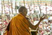 Его Святейшество Далай-лама благодарит людей в заключительный день 33-го учения Калачакры. Лех, Ладак, штат Джамму и Кашмир, Индия. 13 июля 2014 г. Фото: Мануэль Бауэр.