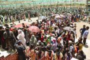 Участники учений ожидают своей очереди, чтобы посмотреть на песочную мандалу Калачакры. Лех, Ладак, штат Джамму и Кашмир, Индия. 13 июля 2014 г. Фото: Мануэль Бауэр.