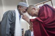 Его Святейшество Далай-лама обменивается приветствиями с членом ладакского горного совета по развитию. Лех, Ладак, штат Джамму и Кашмир, Индия. 15 июля 2014 г. Фото: Тензин Чойджор (офис ЕСДЛ).