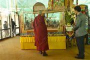 Его Святейшество Далай-лама рассматривает песочную мандалу Калачакры. Лех, Ладак, штат Джамму и Кашмир, Индия. 15 июля 2014 г. Фото: Мануэль Бауэр.