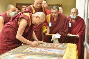 Его Святейшество Далай-лама расписывается на тханках во время посещения монастыря Рудок в Чогламсаре. Ладак, штат Джамму и Кашмир, Индия. 15 июля 2014 г. Фото: Мануэль Бауэр.