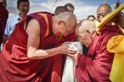 Его Святейшество Далай-лама приветствует пожилого монаха в монастыре Рудок в Чогламсаре неподалеку от Леха. Ладак, штат Джамму и Кашмир, Индия. 15 июля 2014 г. Фото: Мануэль Бауэр.