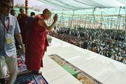 Его Святейшество Далай-лама приветствует сотрудников и волонтеров, работавших на 33-м учении Калачакры. Лех, Ладак, штат Джамму и Кашмир, Индия. 15 июля 2014 г. Фото: Мануэль Бауэр.