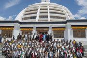 Его Святейшество Далай-лама фотографируется с членами ладакского горного совета по развитию. Лех, Ладак, штат Джамму и Кашмир, Индия. 15 июля 2014 г. Фото: Тензин Чойджор (офис ЕСДЛ).