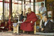 Его Святейшество Далай-лама обращается к сотрудникам и волонтерам, работавшим на 33-м учении Калачакры. Лех, Ладак, штат Джамму и Кашмир, Индия. 15 июля 2014 г. Фото: Мануэль Бауэр.