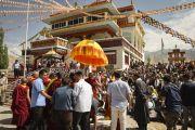 Его Святейшество Далай-лама приветствует своих последователей и почитателей в монастыре Рудок в Чогламсаре неподалеку от Леха. Ладак, штат Джамму и Кашмир, Индия. 15 июля 2014 г. Фото: Мануэль Бауэр.