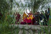 Его Святейшество Далай-лама молится на берегу реки Инд, в то время как в нее высыпают песок разрушенной мандалы Калачакры. Лех, Ладак, штат Джамму и Кашмир, Индия. 16 июля 2014 г. Фото: Тензин Чойджор (офис ЕСДЛ).
