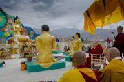 Его Святейшество Далай-лама освящает статуи Будды и его пяти учеников во время посещения Центрального института буддологии в Чогламсаре неподалеку от Леха. Ладак, штат Джамму и Кашмир, Индия. 16 июля 2014 г. Фото: Тензин Чойджор (офис ЕСДЛ).