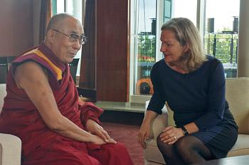 В Гамбурге Далай-лама провел публичные беседы о светской этике и дал несколько интервью