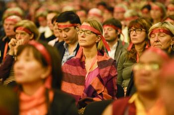 В завершение визита в Гамбург Далай-лама даровал посвящение Авалокитешвары и встретился с тибетцами и членами немецкой группы поддержки Тибета